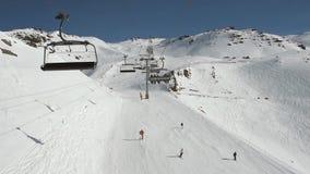 Vista aérea de una cuesta alpina del esquí mientras que viaja en la telesilla almacen de video