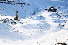 Vista aérea de una cuesta del esquí de la montaña con un teleférico Foto de archivo
