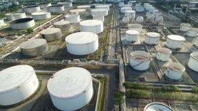 Vista aérea de una estación de petróleo almacen de metraje de vídeo