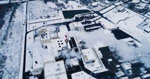 Vista aérea de una fábrica metrajes