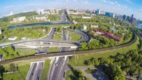 Vista aérea de una intersección de la autopista sin peaje Imágenes de archivo libres de regalías