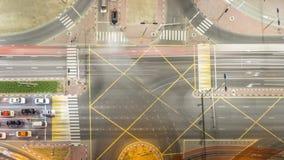 Vista aérea de una intersección del camino en un timelapse grande de la noche de la ciudad almacen de video