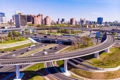 Vista aérea de una intersección de la autopista sin peaje Empalmes de camino en una ciudad grande fotos de archivo libres de regalías