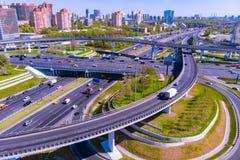 Vista aérea de una intersección de la autopista sin peaje Empalmes de camino en una ciudad grande imagen de archivo libre de regalías