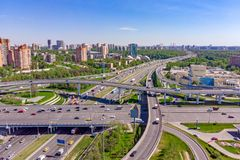 Vista aérea de una intersección de la autopista sin peaje Empalmes de camino en una ciudad grande fotos de archivo