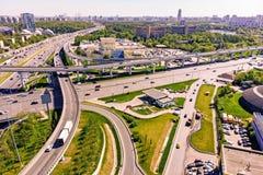Vista aérea de una intersección de la autopista sin peaje Empalmes de camino en una ciudad grande imágenes de archivo libres de regalías