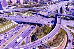 Vista aérea de una intersección de la autopista sin peaje Empalmes de camino en una ciudad grande fotografía de archivo libre de regalías