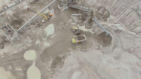Vista aérea de una mina de la piedra arenisca con las líneas de transformación almacen de video