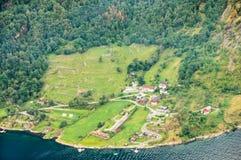 Vista aérea de una pequeña ciudad de la orilla del mar Imagen de archivo