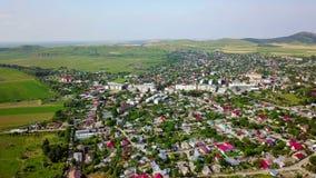 Vista aérea de una pequeña ciudad en los Balcanes metrajes