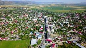 Vista aérea de una pequeña ciudad en los Balcanes almacen de video