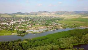 Vista aérea de una pequeña ciudad en los Balcanes y el Danubio metrajes