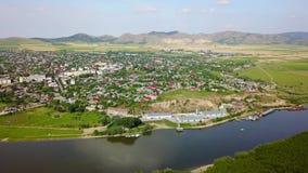 Vista aérea de una pequeña ciudad en los Balcanes y el Danubio almacen de metraje de vídeo