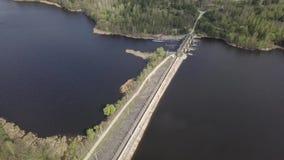 Vista aérea de una pequeña presa en el río metrajes