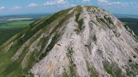 Vista aérea de una perla de Bashkortostan - Shihan Toratau almacen de metraje de vídeo