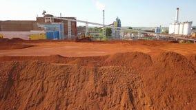 Vista aérea de una planta de tratamiento del depósito y del alúmina de la bauxita metrajes