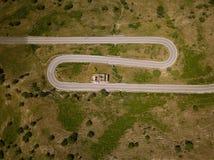 Vista aérea de una ruta de la montaña con las curvas cerca al volcán del Etna, Sicilia, Italia Edificio y coche arruinados imagenes de archivo