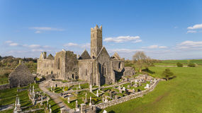 Vista aérea de una señal turística libre pública irlandesa, Quin Abbey, condado Clare, Irlanda Fotos de archivo libres de regalías
