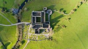 Vista aérea de una señal turística libre pública irlandesa, Quin Abbey, condado Clare, Irlanda Imagen de archivo libre de regalías
