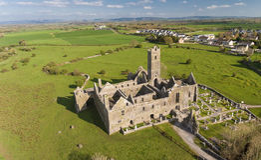 Vista aérea de una señal turística libre pública irlandesa, Quin Abbey, condado Clare, Irlanda Fotos de archivo