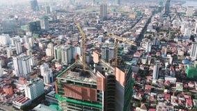 Vista aérea de una torre residencial y de la oficina combinada bajo construcción en Asia almacen de video