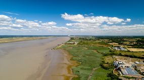Vista aérea de una turbina de viento a lo largo del río Loira, Francia Fotos de archivo