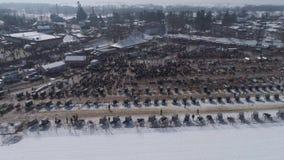 Vista aérea de una venta del fango del invierno de Amish en el fango