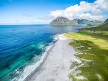Vista aérea de Uttakleiv, Noruega foto de stock royalty free