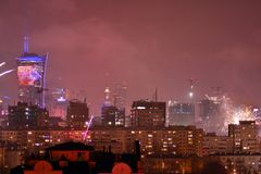 Vista aérea de Varsóvia Varsóvia do centro na noite ` S Eve Fireworks do ano novo imagem de stock