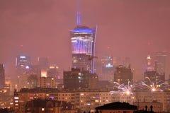 Vista aérea de Varsóvia Varsóvia do centro na noite ` S Eve Fireworks do ano novo imagem de stock royalty free