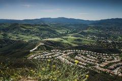 Vista aérea de Ventura County, de Thousand Oaks, de Simi Valley, y de Oak Park en primavera Imágenes de archivo libres de regalías
