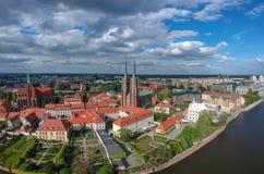 A vista aérea de Wroclaw: Ostrow Tumski, catedral de St John a igreja batista e escolar da cruz e do St santamente Barth imagens de stock