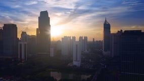 Vista aérea del área central del distrito financiero de Jakarta en la salida del sol Imágenes de archivo libres de regalías