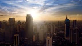 Vista aérea del área central del distrito financiero de Jakarta en la salida del sol Fotos de archivo