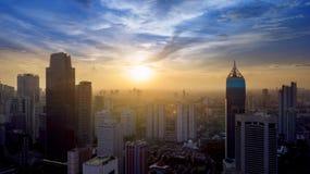 Vista aérea del área central del distrito financiero de Jakarta en la salida del sol Foto de archivo