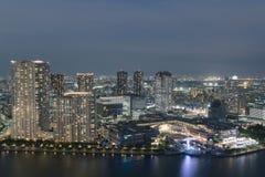 Vista aérea del área de la bahía de la ciudad de Tokio en la noche Imagen de archivo libre de regalías