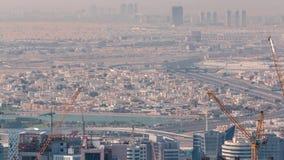 Vista aérea del área de la bahía del negocio con un emplazamiento de la obra y del tráfico en timelapse de la carretera en Dubai almacen de metraje de vídeo