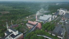 Vista aérea del área industrial de la planta con los edificios enormes y chimeneas Sistema de producción almacen de metraje de vídeo