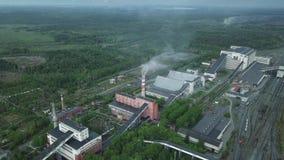 Vista aérea del área industrial de la planta con los edificios enormes y chimeneas Sistema de producción metrajes
