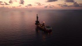 Vista aérea del aceite blando Rig Barge Oil Rig de la perforación almacen de video
