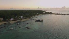Vista aérea del agua azul de océano con las ondas, los corales y las plantas de agua, cámara que se mueve a la costa, Mauritius I almacen de video