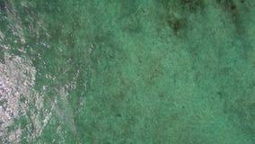 Vista aérea del agua azul de océano con las ondas, los corales y las plantas de agua, Mauritius Island metrajes