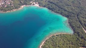 Vista aérea del agua cristalina del inisland de la costa costa con los barcos Krk, Croacia metrajes