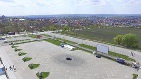 Vista aérea del aparcamiento del coche en ciudad Un coche a la izquierda que deriva marcas metrajes