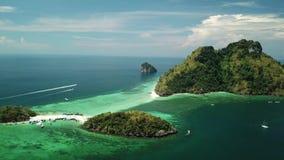 Vista aérea del arrecife de coral en la isla Krabi, Tailandia del Ao Phang Nga almacen de metraje de vídeo