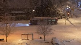 Vista aérea del autobús que conduce en nieve fría de la ventisca almacen de video