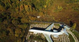 Vista aérea del avión en el bosque del otoño cerca del lago y del paisaje hermoso Paisaje hermoso del otoño con a metrajes