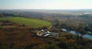 Vista aérea del avión en el bosque del otoño cerca del lago y del paisaje hermoso Paisaje hermoso del otoño con a almacen de video