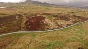 Vista aérea del B4391 a través del amarrar y de las montañas de País de Gales cerca de la cascada, Reino Unido almacen de video