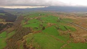 Vista aérea del B4391 a través del amarrar y de las montañas de País de Gales cerca de la cascada, Reino Unido metrajes